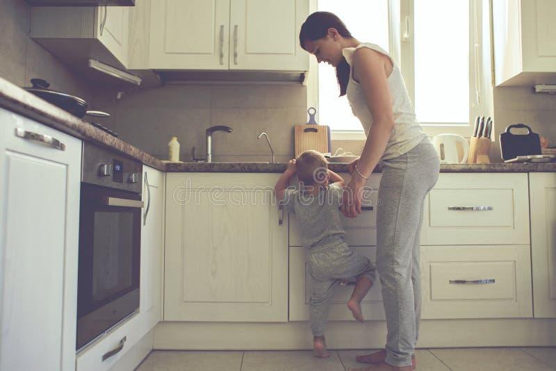 有一起烹调的孩子的母亲 图库摄影