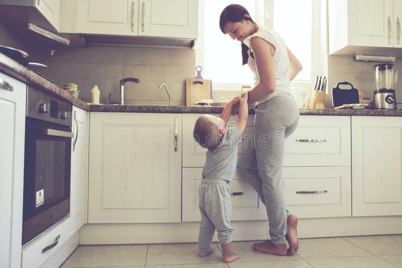 有一起烹调的孩子的母亲 免版税库存图片