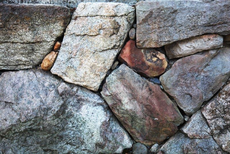 有一起被安排的概略的纹理的石墙 免版税库存图片