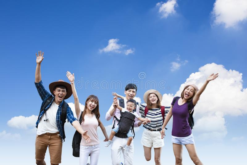 有一起远足的背包的年轻人 免版税库存照片