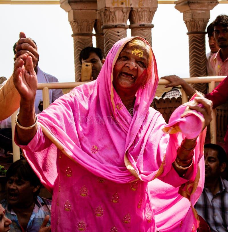 有一颗牙的老妇人只跳舞在印地安人Holi节日 免版税库存图片