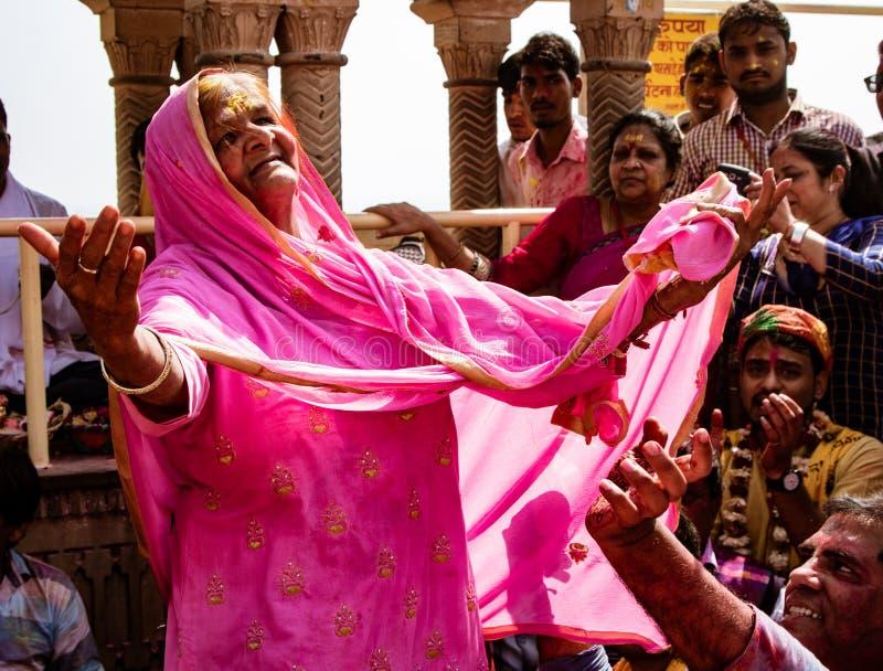 有一颗牙的老妇人只跳舞在印地安人Holi节日 库存照片