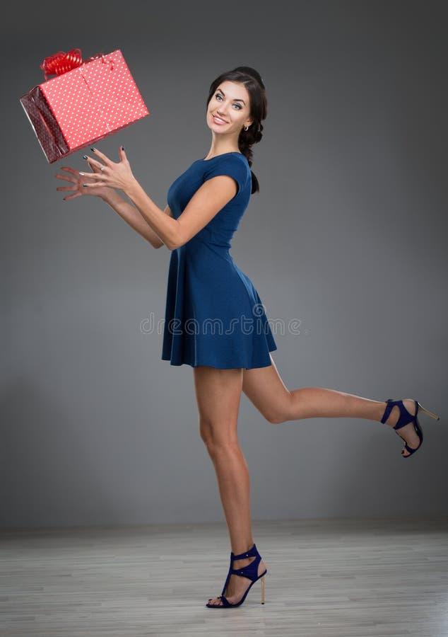 有一件大礼物的妇女 库存图片