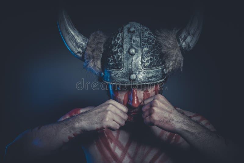 有一件有角的盔甲的领导,北欧海盗战士和盛装 库存照片