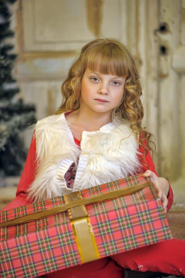 有一件礼物的女孩在圣诞节 免版税库存图片