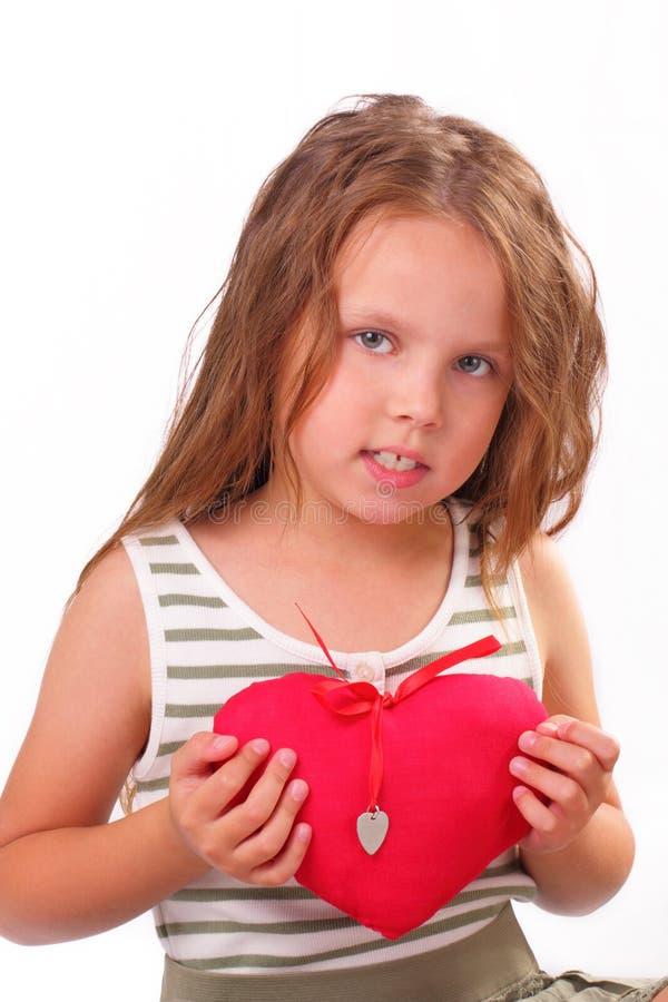 有一件礼物的美丽的小女孩为圣情人节 库存图片