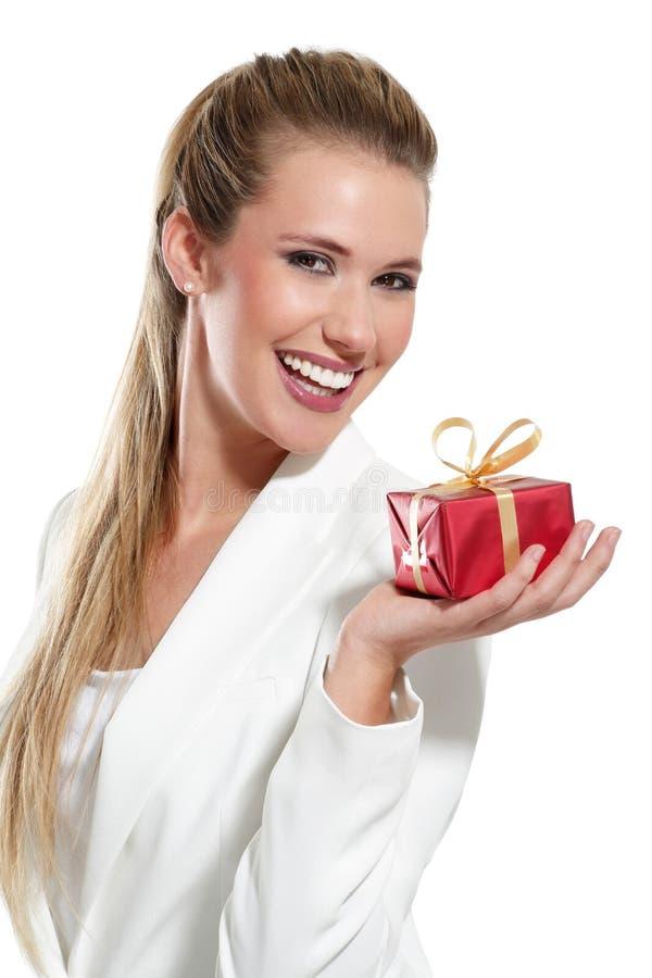 有礼物的年轻美丽的妇女 免版税图库摄影