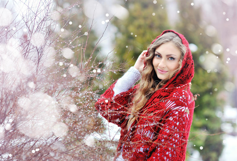 有一件红色披肩的妇女在冬天 库存图片