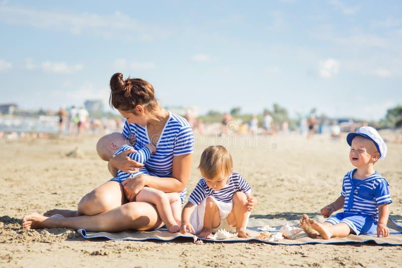 有三个孩子的妇女 免版税库存图片