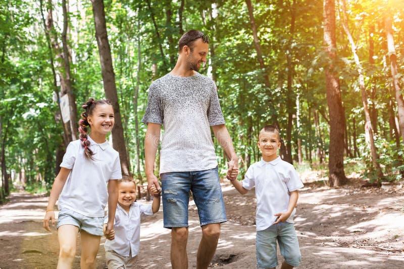 走在森林里的家庭 图库摄影