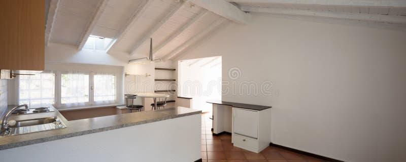 有三个小窗口的葡萄酒厨房 图库摄影