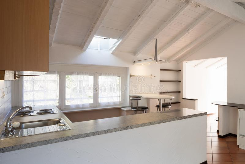 有三个小窗口的葡萄酒厨房 免版税库存照片