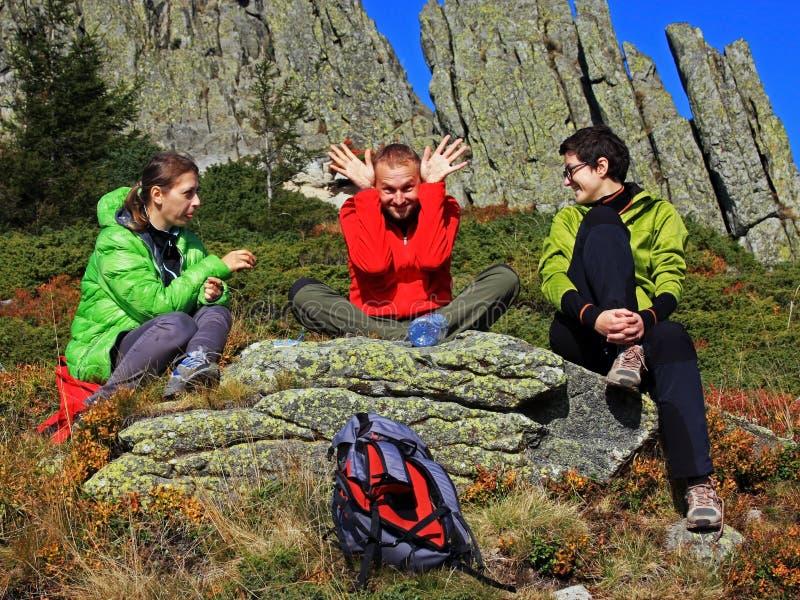 有三个的朋友在山的一个断裂 库存图片