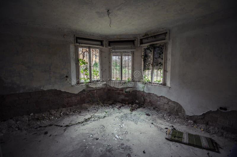 有三个窗口的老室 免版税库存照片