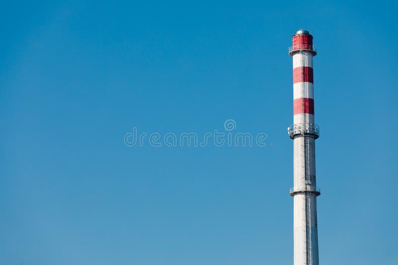 有三个红色空白的高工厂烟囱在Th e上面 不抽烟 免版税库存图片