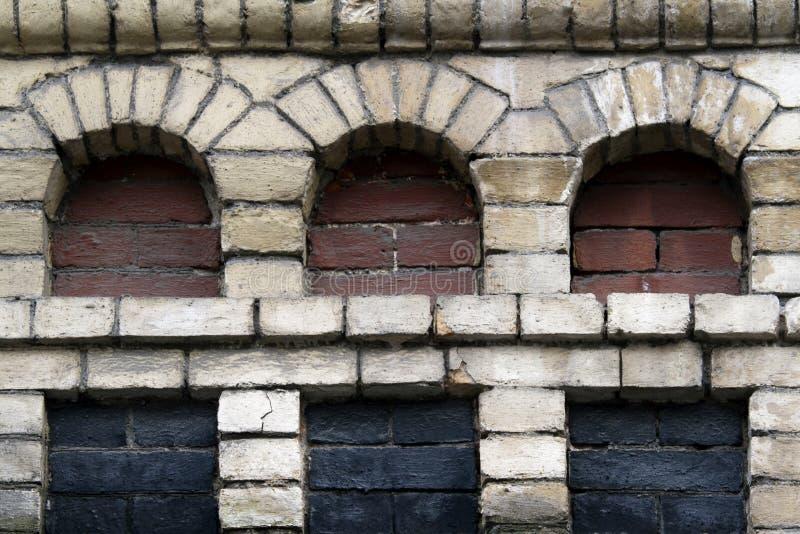 有三个适当位置的老砖墙 免版税库存图片