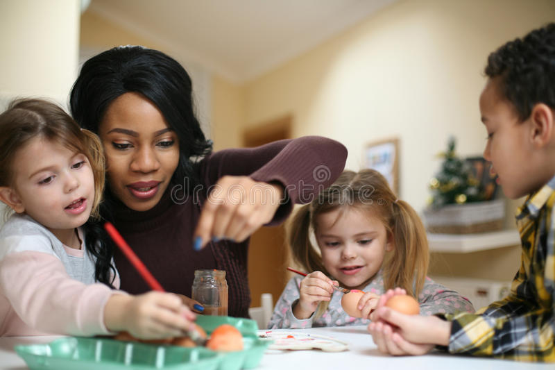有三孩子的妇女 有三孩子的非裔美国人的妇女 库存照片