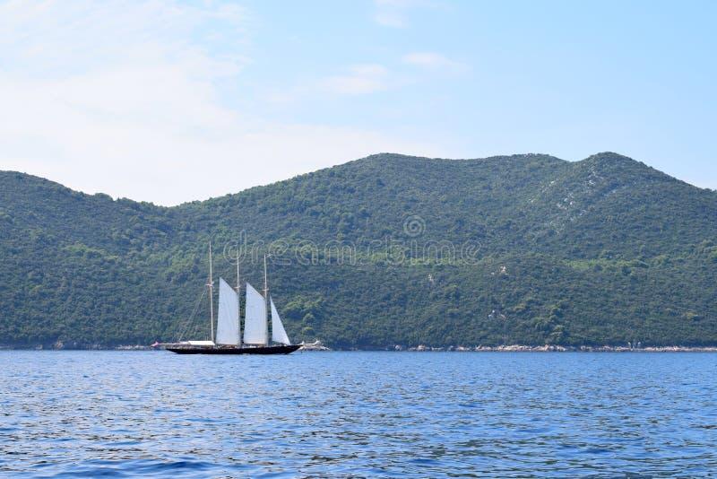 有三帆柱的木航行的游艇 免版税库存照片