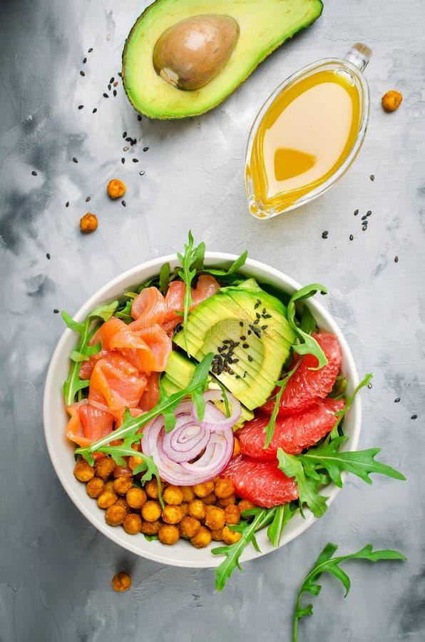 有三文鱼的,葡萄柚,辣鸡豆, avo健康色拉盘 免版税库存图片