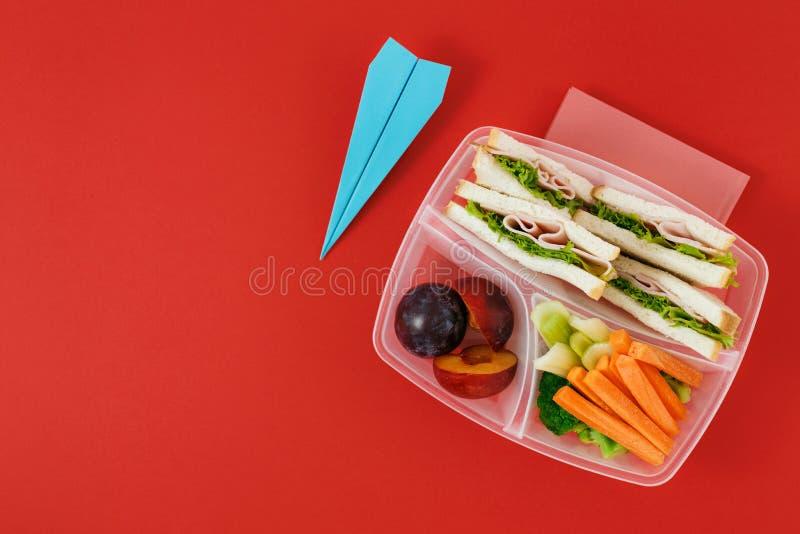 有三明治蔬菜和水果的健康学校午餐箱子 库存照片
