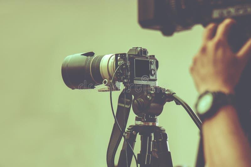有三脚架的专业摄像头为射击待命在演播室 免版税图库摄影