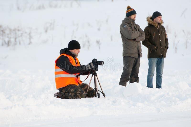 有三脚架的摄影师 免版税库存图片