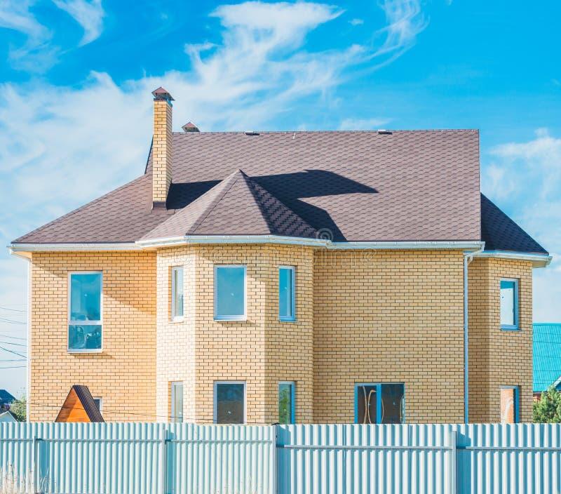 有窗口的三角形屋顶私有住宅新的现代房子图片