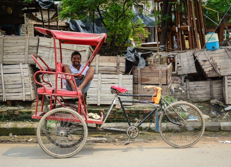 有三轮车的一个人在街道上在阿姆利则,印度 免版税库存图片