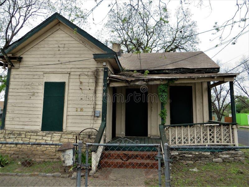 有下垂门廊的被放弃的房子 库存图片