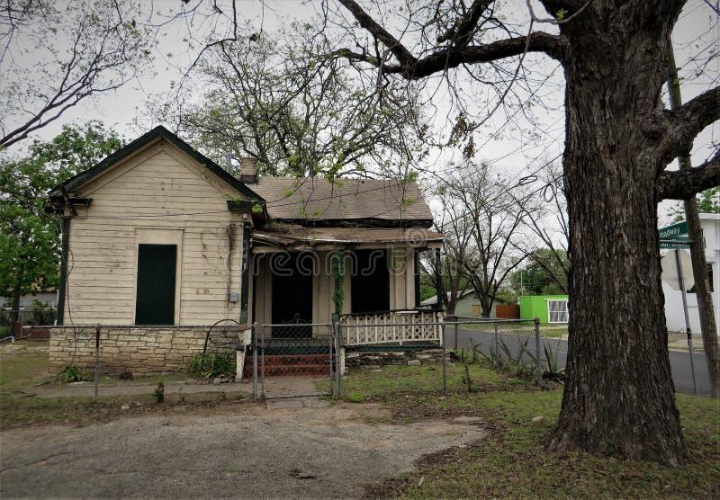 有下垂门廊的被放弃的房子 免版税图库摄影
