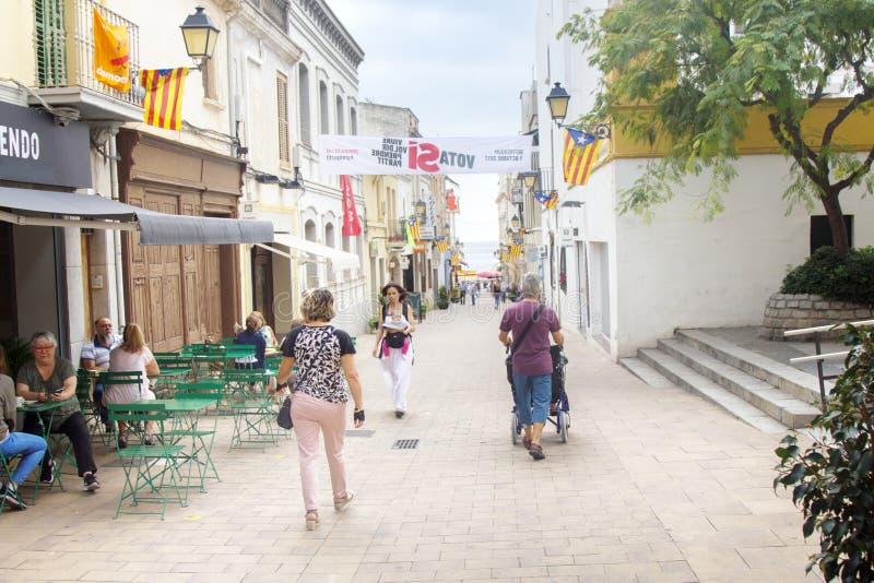 有下来海的一条舒适老街道的白色南部城市 库存照片