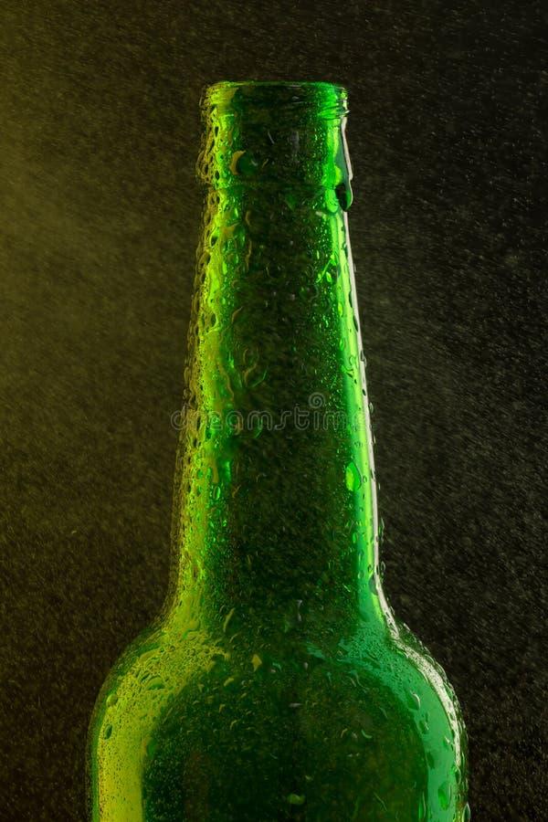 有下落的冰镇啤酒瓶在黑色 库存照片
