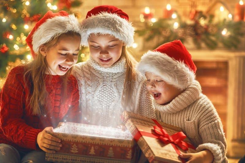 有不可思议的礼物盒的孩子 库存照片