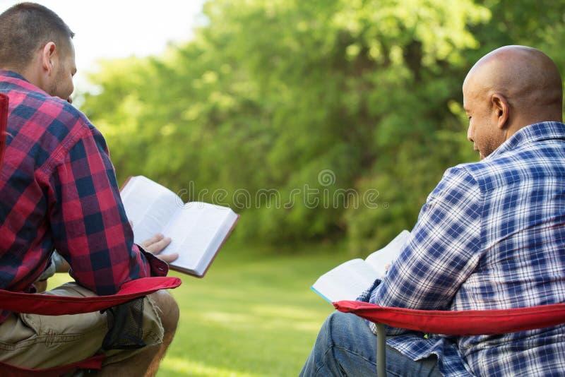 有不同种族的小组的朋友谈和圣经研究 免版税库存照片