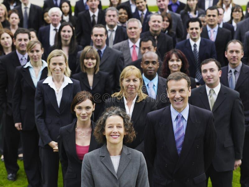 有不同种族的队的确信的女实业家 免版税库存照片