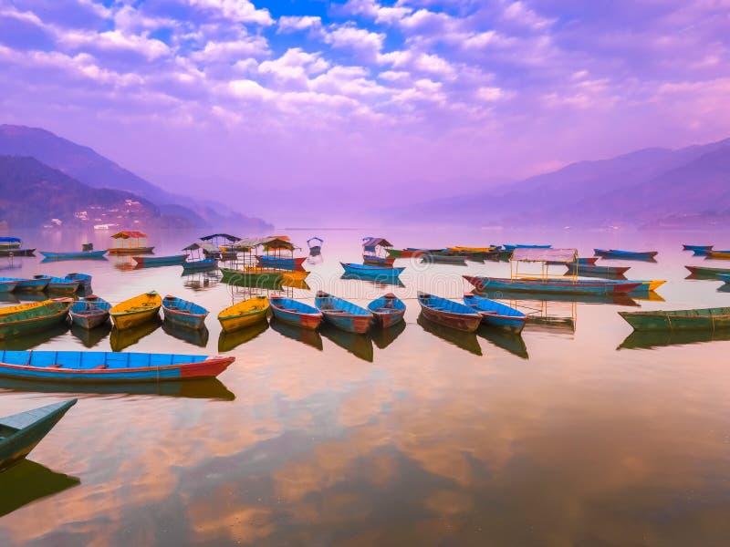 有不同颜色的小船,天空反射在水中 免版税库存图片