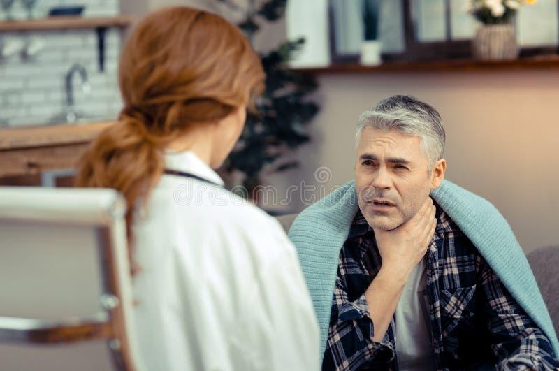 有不快乐的不适的人喉咙痛 免版税库存照片