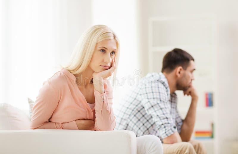 有不快乐的夫妇论据在家 免版税图库摄影