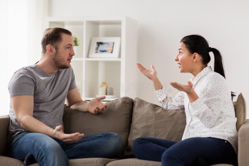 有不快乐的夫妇论据在家 库存图片