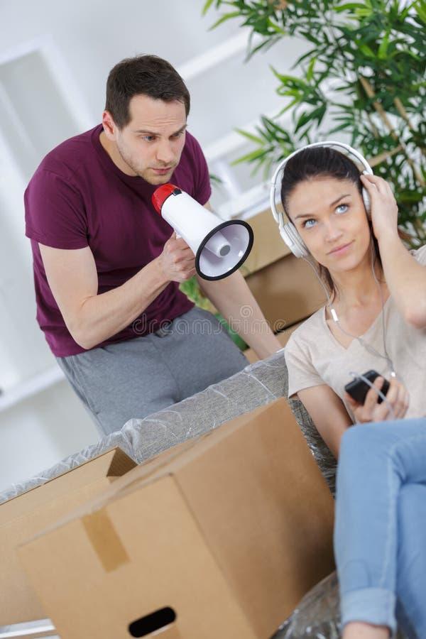 有不快乐的夫妇论据或在家破坏 库存照片