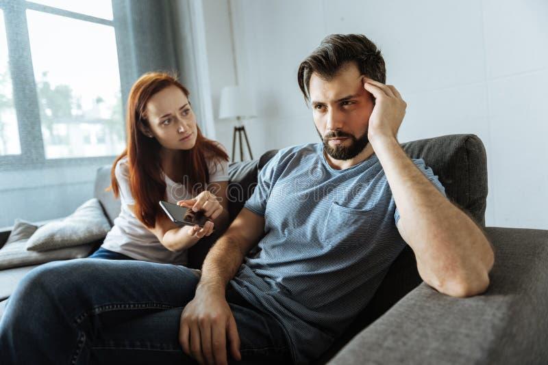 有不快乐的年轻的夫妇争吵 免版税图库摄影