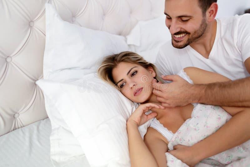 有不快乐的年轻的夫妇未解决的关系问题 免版税图库摄影