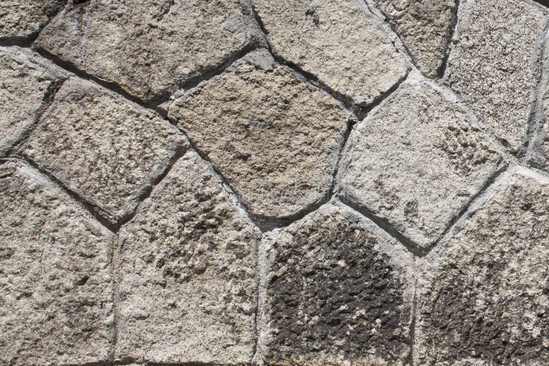 有不规则的形式的墙壁灰色瓦片在大厦之外 库存图片