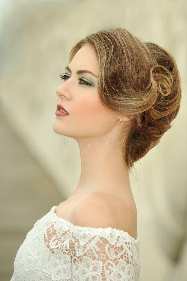 有专业构成和发型的美丽的少妇 库存照片