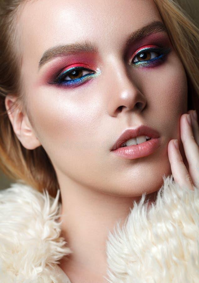 有专业构成的美丽的女孩在皮大衣 免版税库存图片