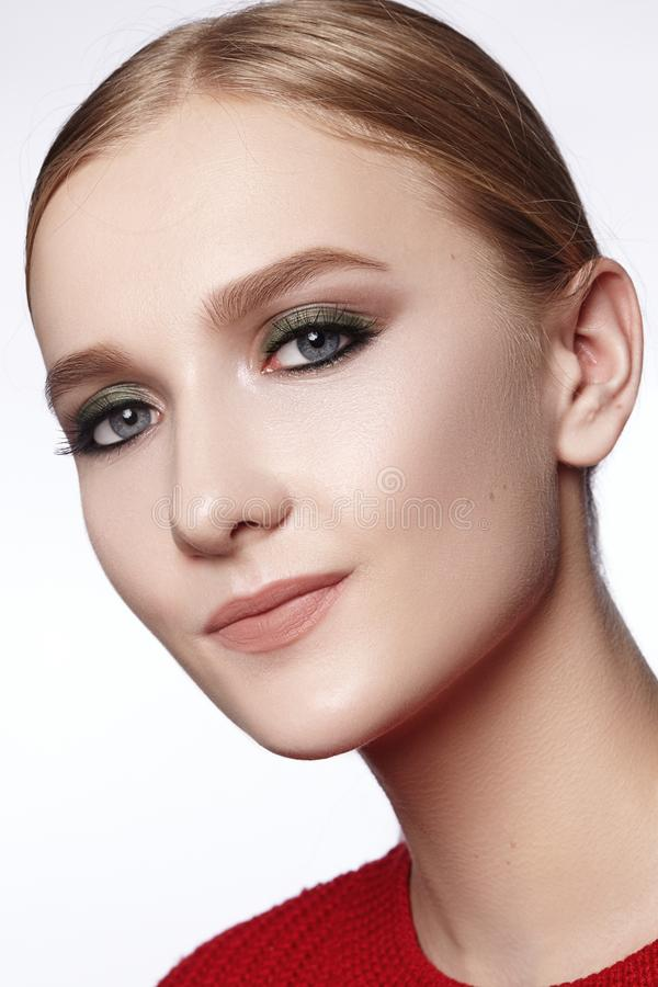 有专业构成的美女 庆祝样式眼睛构成,完善的眼眉,发光皮肤 明亮的时尚神色 库存图片