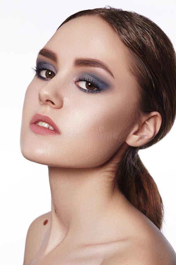 有专业构成的美女 庆祝样式眼睛构成,完善的眼眉,发光皮肤 明亮的时尚神色 免版税库存图片