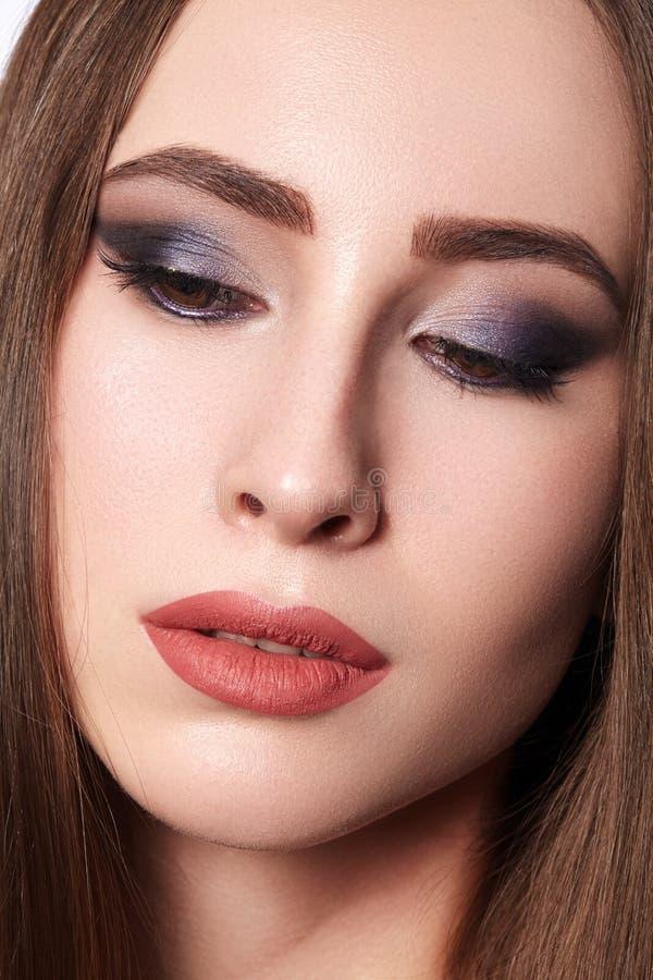 有专业构成的美女 庆祝样式眼睛构成,完善的眼眉,发光皮肤 明亮的时尚神色 库存照片