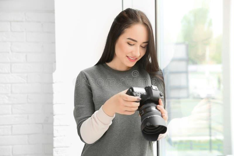 有专业照相机的年轻女性摄影师 库存图片