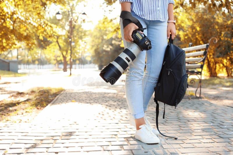 有专业照相机的年轻女性摄影师 库存照片